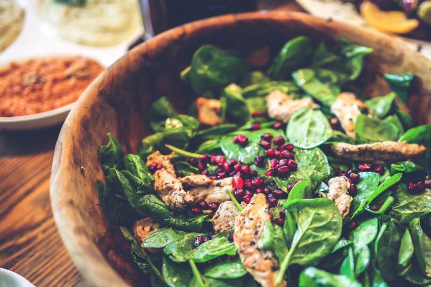 spinat-quinoa-salat-granatapfel-huhn-rezept