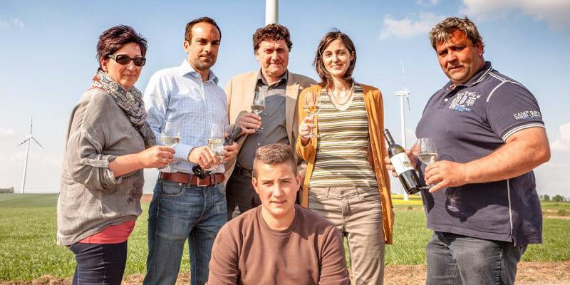 Familie Traxler (links: Johanna, rechts: Franz, unten Mitte: Rafael) gemeinsam Vorstand der Windkraft Simonsfeld AG und ihrem Windradler