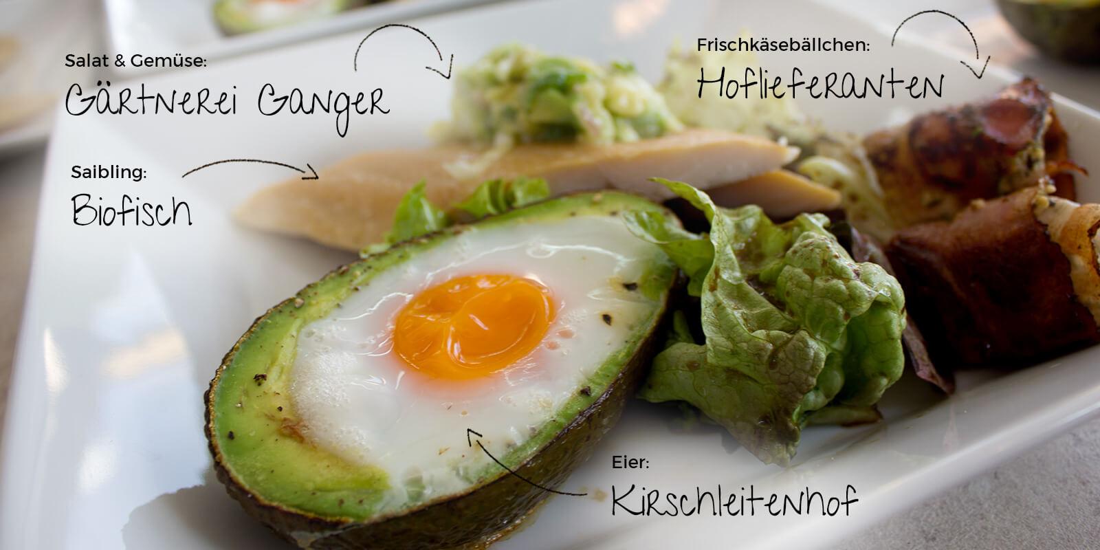 Bine kocht ein Ostermenü mit AbHof Miele Center Neuwirth Rezepte Vorspeise Avocado gebacken mit Ei Frischkäse Speckmantel Saibling